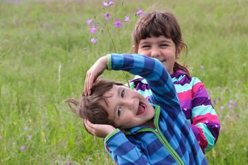 Portrait zwei Geschwister haben Spaß in der Natur