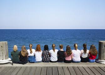 Mädchengruppe schauen auf das Meer