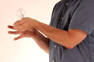 Hand mit Glühlampe
