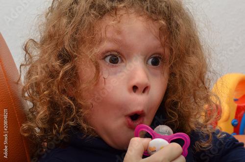Kleiner Junge Mit Lockigen Haaren Zieht Eine Erstauntes Gesicht