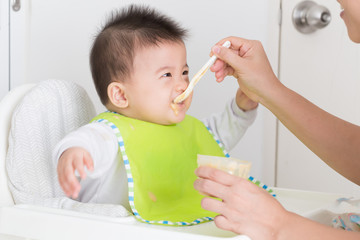 Feeding baby foods for babies 6 to 12 months old