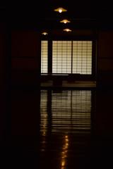 古民家の暗い居間
