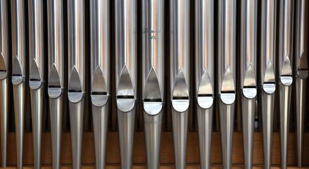 Reihe mit glänzenden Orgelpfeifen im Dom St. Petri zu Bautzen