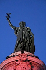 Statue de la République sur fond  de ciel bleu