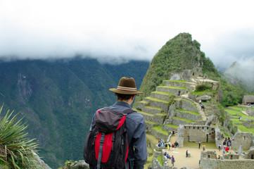 Touriste admirant le Machu Picchu