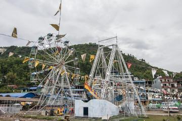 Vergnügungspark mit Riesenrad in Pokhara, Phewa