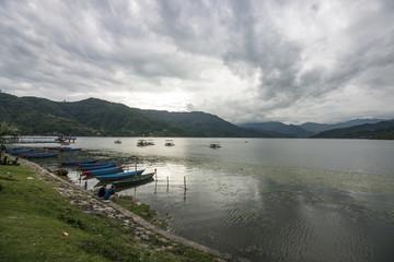 Boote im See: Pokhara, Phewa