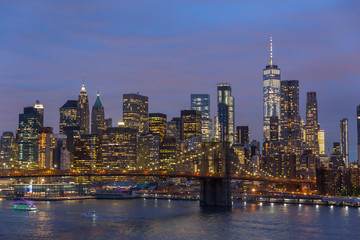 Fototapete - Brooklyn park, Brooklyn Bridge, Janes Carousel and Lower Manhattan skyline at night seen from Manhattan bridge, New York city, USA.
