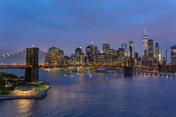 Fototapete - Brooklyn park, Brooklyn Bridge, Janes Carousel and Lower Manhattan skyline at night seen from Manhattan bridge, New York city, USA. Wide angle panoramic image.
