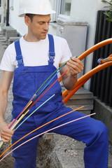 Techniker beim Anschluss von Glasfaserleitungen