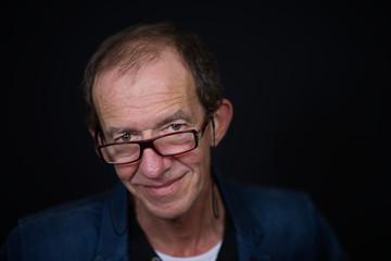Jung gebliebener Senior mit Brille