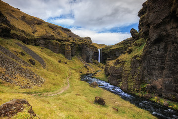 Kvernufoss Wasserfall in Island. Landschaft, camping und wandern.