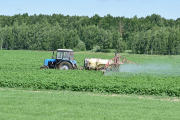 Сельское хозяйство. Внесение минеральных удобрений современной техникой