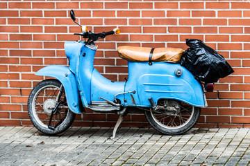 Altes, blaues DDR-Motorrad