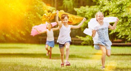 Mädchen laufen und haben Spaß im Sommer