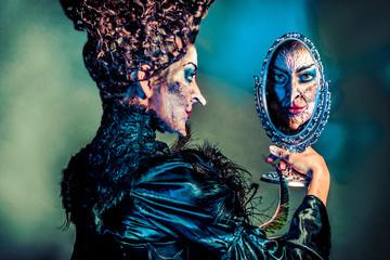gruselige Hexe mit Spiegelbild