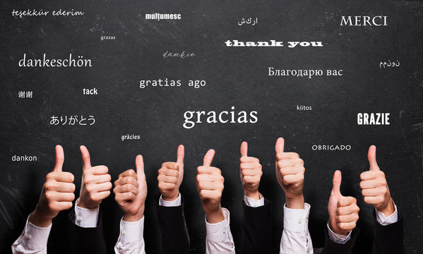 """viele Daumen Hoch und """"Danke"""" in vielen Sprachen auf Kreidetafel"""