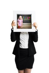 """Geschäftsfrau hält Schild mit einem Bild von einem Kind und dem Wort """"Ferien"""" vor das Gesicht"""
