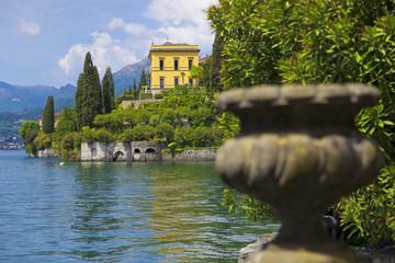 Blick vom Park der Villa Monastero auf die Villa Cipressi am Comer See