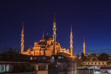 Nachtaufnahme der Sultan-Ahmet-Moschee in Istanbul fotografiert zur blauen Stunde im Mai 2016
