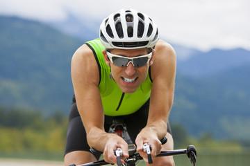 Portrait Mann Triathlet auf dem Rennrad beim Training