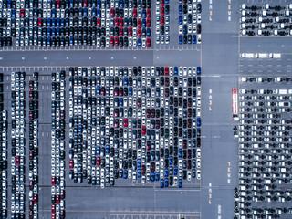 大量に並ぶ乗用車の俯瞰