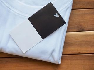 흰색 라운드 반소매 셔츠와 의류라벨