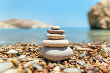 Photo sur Plexiglas Zen pierres a sable Stack of stones on the beach near sea