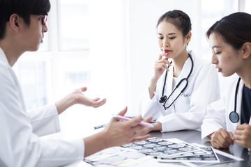 手術の方法について話し合う若手医師たち