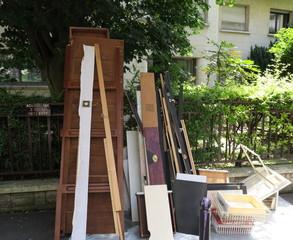 Planches jetées dans la rue. Encombrants