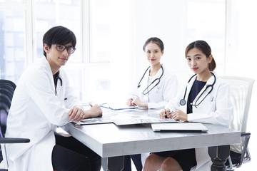 正面を見つめる医師たち