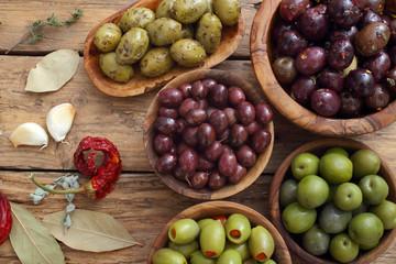 Foto op Aluminium Voorgerecht olive miste su sfondo rustico