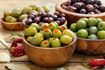 Foto op Canvas Voorgerecht olive miste su sfondo rustico