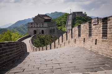 Tuinposter Chinese Muur Panoramic view of Great Wall of China at Badaling in the mountains in the north of the capital Beijing.