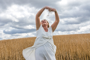 Lebensfreude Symbolfoto - Frau wirft outdoor Konfetti auf Feld