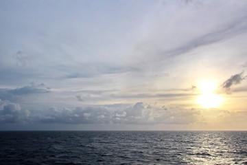 Морской горизонт,голубое небо и облака