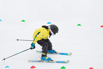Junger Skiläufer beim Skirennen