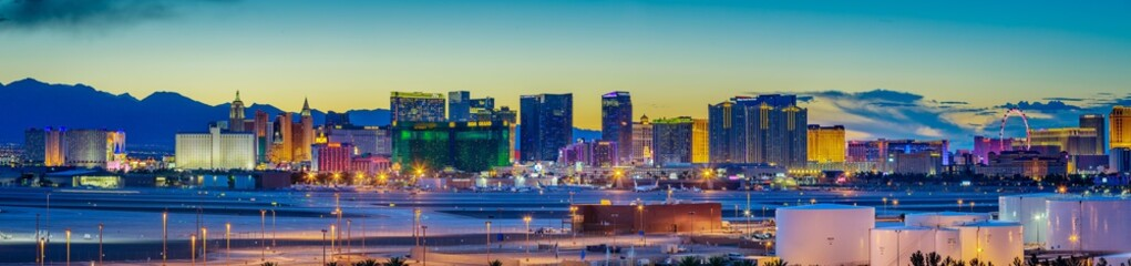Photo sur Aluminium Las Vegas Skyline view at sunset of the famous Las Vegas Strip located in world class hotels and casinos, NV