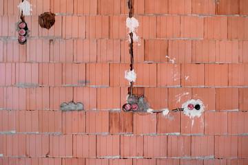 Neubau Baustelle Mauer mit verlegtem Kabel