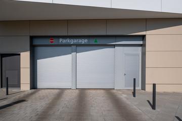 Ein und Ausfahrt zur Parkgarage Parkplatz