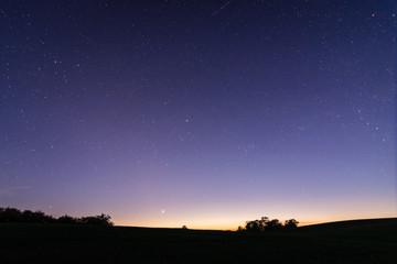 Sterne über der Landschaft in Deutschland