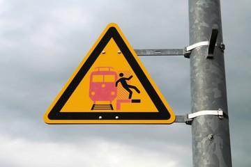 Verkehrszeichen am Bahngleis: Sturzgefahr