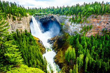 Helmcken Falls in Wells Gray Provincial park British Columbia, Canada with the falls at peak volume during spring snow melt Fototapete