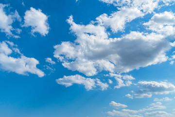 春の青空と雲から射す光