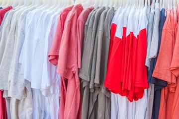 tee-shirts sur cintres