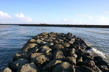 ponte di scogli sul mare