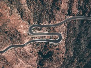 Kurven Strasse von Oben Serpentine winding Road über den wolken im Nebel  Abenteuer Reisen