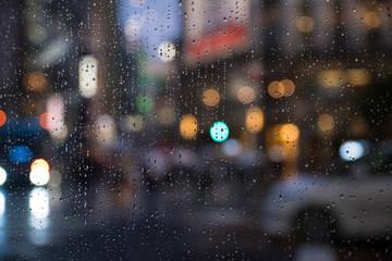 雨とネオン