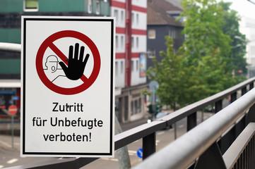 Verbotsschild an der alten Bahntrasse in Mülheim an der Ruhr