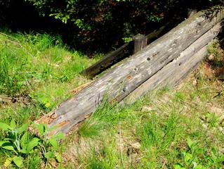 Drewniana zapora w przydrożnym rowie